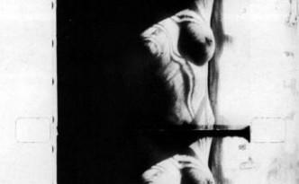 Le corps de Kiki strié d'ombres